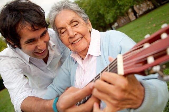 Beneficios para el cerebro de la música en personas mayores y ancianos