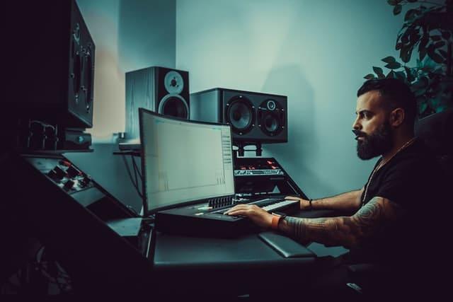 Como autoproducir y publicar mis propias canciones puedes crear canciones con el ordenador o el portátil